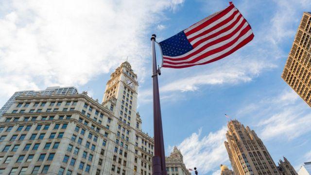 علم الولايات المتحدة الأمريكية يرفرف في الهواء