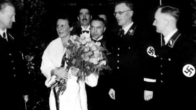 Нацистские лидеры уважали Рифеншталь - но, как она утверждала, фашисткой она не была