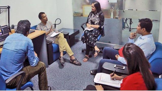 বিবিসির ঢাকা অফিসে সম্পাদকীয় মিটিং পরিচালনা করছেন ওয়ালিউর রহমান মিরাজ (ছবিটি ২০১৫ সালে তোলা)