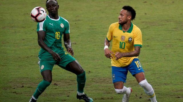 Sadio Mané du Sénégal face à Neymar du Brésil, en match amical contre le Brésil, le 10 octobre 2019 à Singapour.