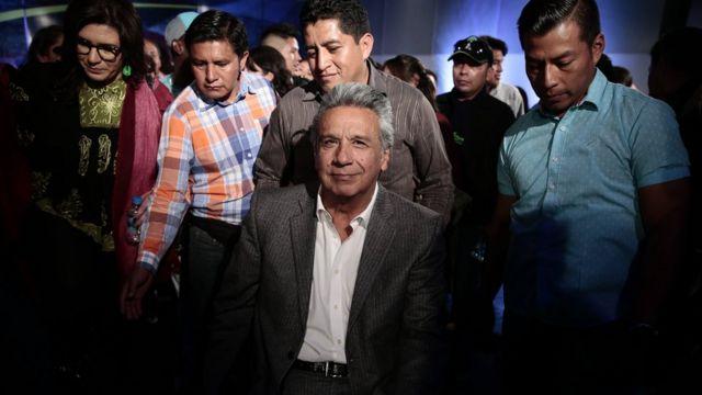 Lenín Moreno rodeado de asistentes.