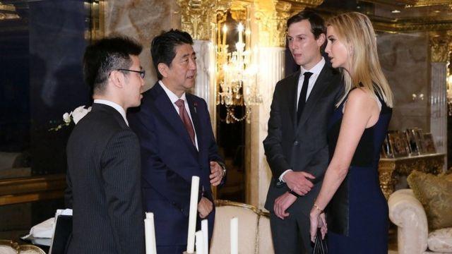Ivanka Trump y el primer ministro de Japón, Shinzo Abe.