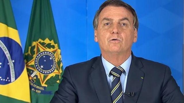 """Presidente Jair Bolsonaro discorda da adoção de medidas de """"confinamento em massa"""" por causa do impacto econômico"""