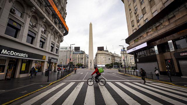El obelisco casi vacío en julio, en la capital argentina