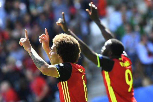 Los goleadores de la tarde para Bélgica: Axel Witsel y Romelu Lukaku.