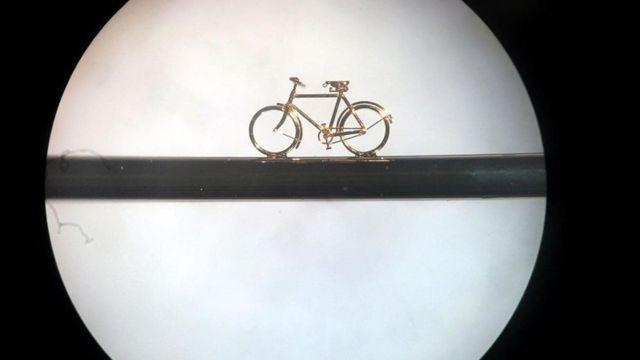顯微鏡展示了縫合針上的一輛自行車