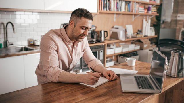 Hombre delante de una laptop.