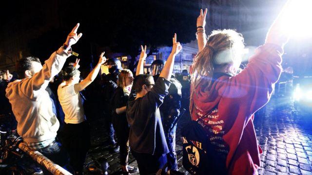 漢堡街頭一批示威者舉起雙手(8/7/2017)