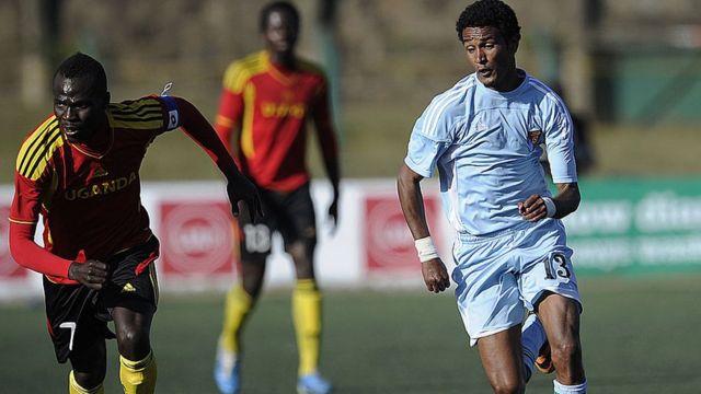 Un ancien joueur de l'Erythrée (en bleu à droite) contre un joueur de l'Ouganda lors de la Cecafa en 2013 (illustration).