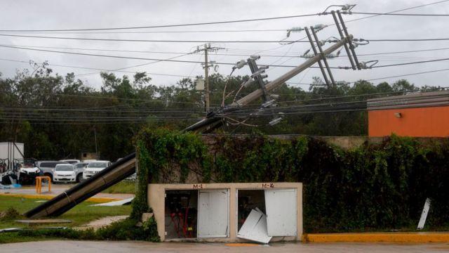 Tendido eléctrico caído en Cancún.