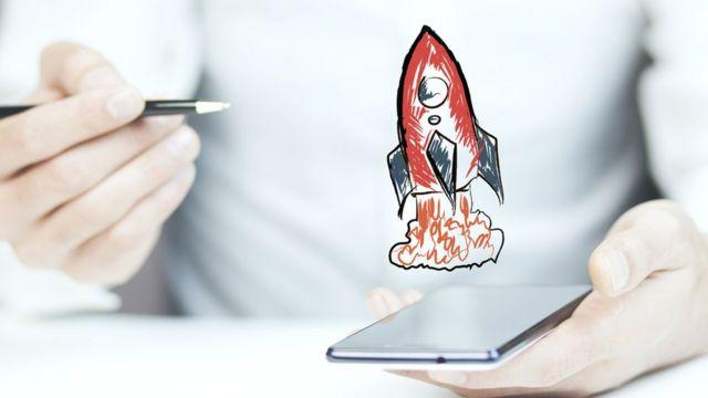 Hombre dibujando cohete