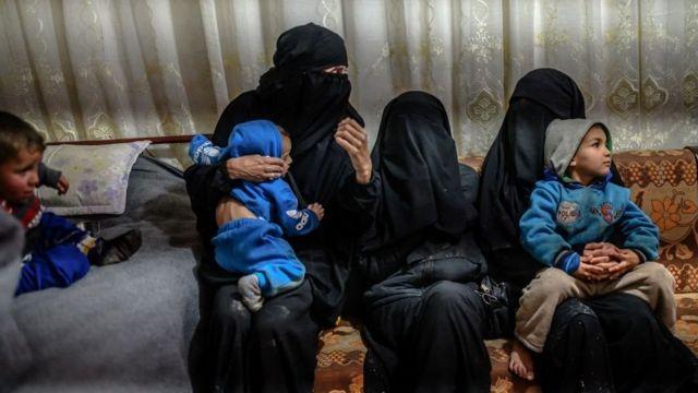 """امرأتان فرنسيتان فرّتا من الجيب الأخير الخاضع لسيطرة تنظيم """"الدولة الإسلامية"""" في مخيم الهول للنازحين في 17 فبراير/شباط 2019."""