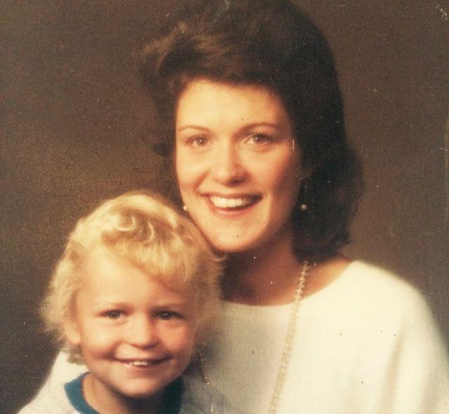 Rosemary qucağında Eloise-in qardaşı Barnaby ilə, 1980-ci illərin əvvəlləri
