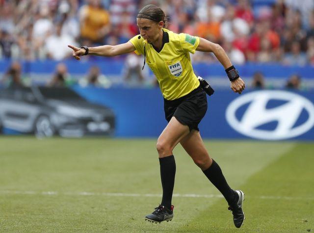 Frappart 2019'da ABD ve Hollanda arasında oynanan Kadınlar Dünya Kupası finalinde penaltı noktasını gösterirken