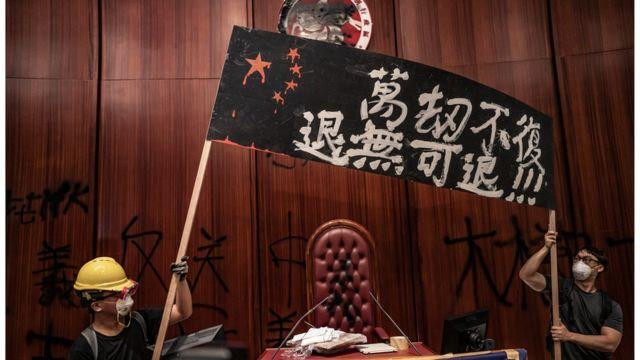 有温和民主派人士忧虑示威者的激进行动会适得其反。