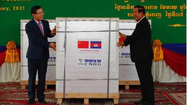 中国援柬首批新冠疫苗2月7日运抵柬埔寨首都金边,柬埔寨首相洪森前往迎接。