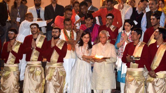 पत्नी कविता के साथ दशाश्वमेध घाट पर प्रविंद कुमार