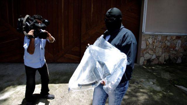 Agentes con armas requisadas