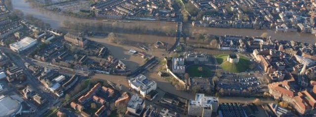 冠水被害に遭った英北部ヨーク