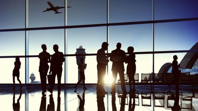 أشخاص يتناقشون في صالة أحد المطارات