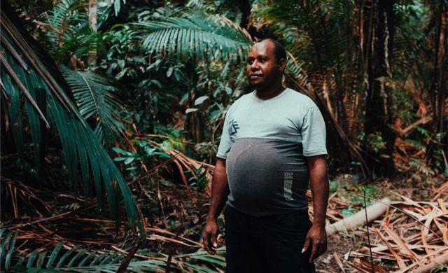 Retrato de Petrus Kinggo entre palmeiras