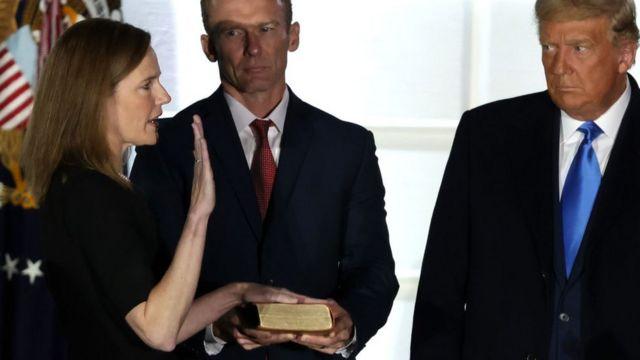 Amy Coney Barrett junto a Donald Trump.