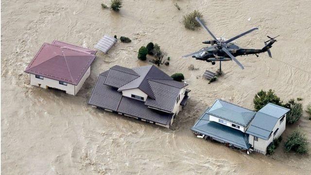 Вертолеты спасают людей после того, как река вышла из берегов в Нагано