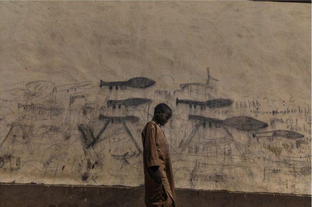 আফ্রিকার দেশ শাডের বোল শহরে এক এতিম শিশুর ছবি