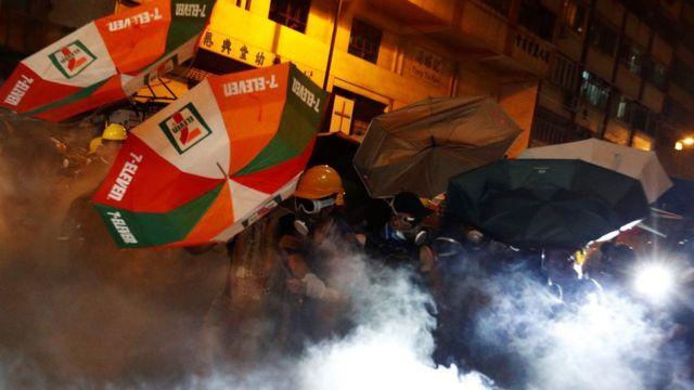 홍콩주재 중국 연락판공실에서 충돌한 시위대와 경찰
