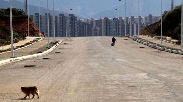 Огромные городские районы по-прежнему стоят пустыми, так и не дождавшись жильцов, которые, вопреки ожиданиям, не поехали сюда из деревень