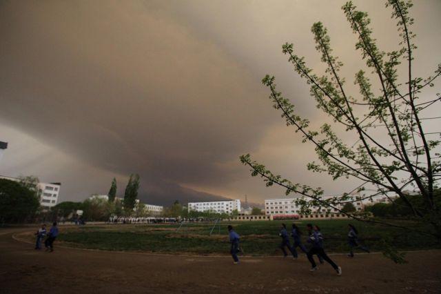 中国北方曾饱受沙尘暴的困扰。