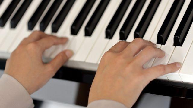 Руки на клавишах фортепиано