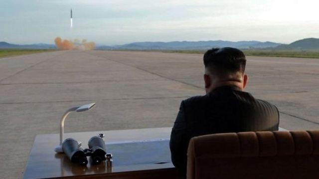 นายคิม จอง อึน ผู้นำเกาหลีเหนือ ร่วมสังเกตการณ์การปล่อยขีปนาวุธฮวาซอง-12 เมื่อวันศุกร์ (15 ก.ย.)