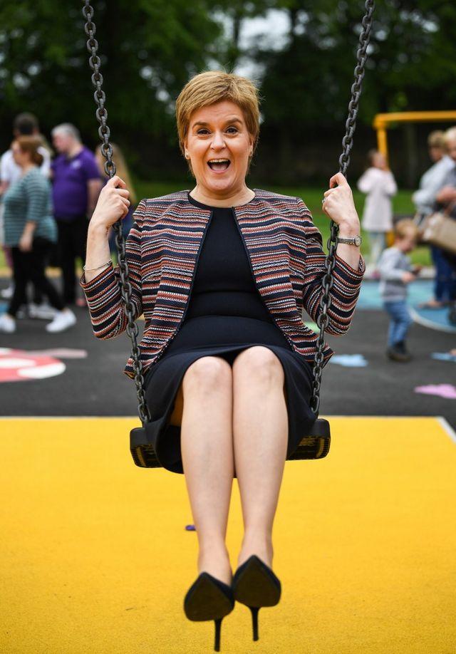 Первый министр Шотландии Никола Стерджен качается на качелях
