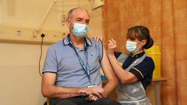 牛津大学的波拉德教授(Andrew Pollard )在接种疫苗