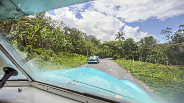 По дорогам Кубы до сих пор курсируют американские автомобили 50-х