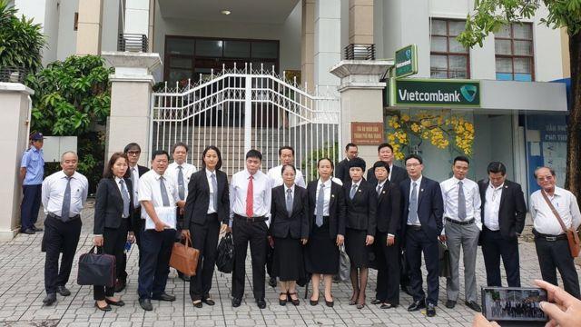 Luật sư Trần Vũ Hải (cà vạt đỏ) cùng các luật sư đến bào chữa cho ông
