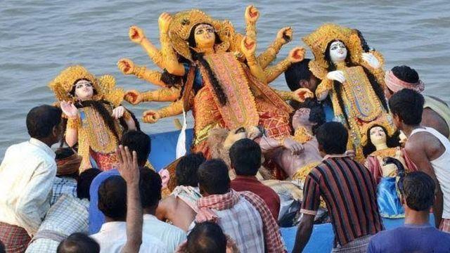 पश्चिम बंगाल में दुर्गा की मूर्ति का विसर्जन