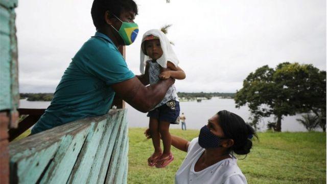 Família indígena em Rio Urubu, no Estado do Amazonas