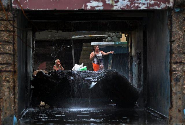 Pobladores de Baracoa intentan recuperar sus bienes materiales tras el paso del huracán Matthew.