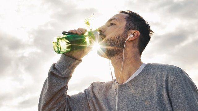 آدمی پانی پیتے ہوئے