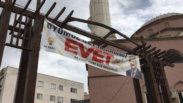 Cizre'deki bir cami girişinde asılı 'Evet' pankartı