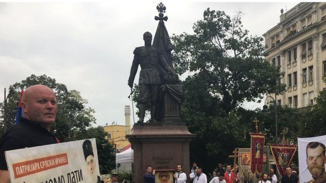 Људи око споменика цару Николају Другом