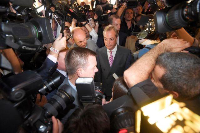 開票が始まった後、離脱派のファラージ・イギリス独立党党首が離脱・残留両派の主要メンバーの中で最初にメディアの取材に応じた。ファラージ氏は「エスタブリッシュメント、エリート、お偉方に反抗する勇気があった」全ての有権者に「深く感謝する」と語った