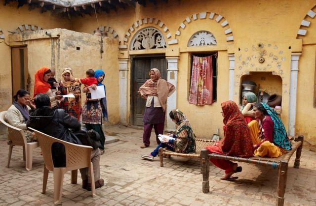integrantes de Action India y algunas trabajadoras de la fabrica.