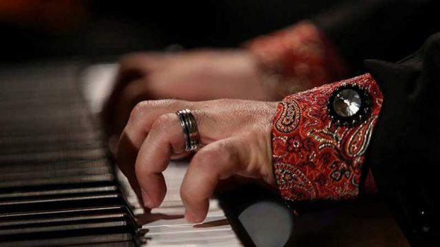 دستانی که پیانو مینوازند