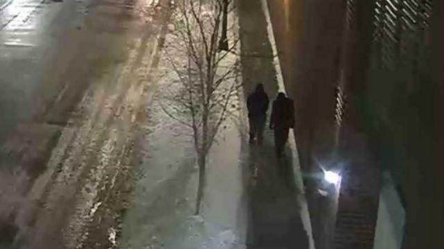 Dos hombres caminando