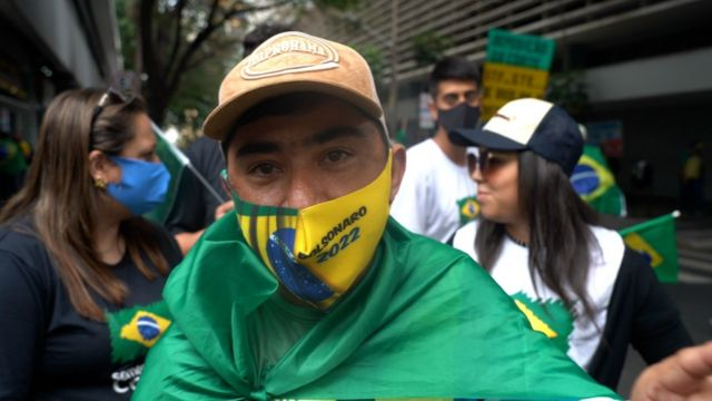 Homem com máscara verde-amarela contra covid