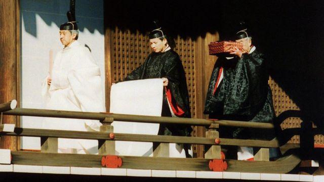 Император Акихито (слева) принимает участие в синтоистской церемонии