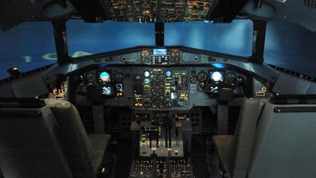 نظام محاكاة لمركز قيادة طائرة